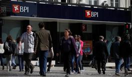 Caixabank no tiene previsto elevar su oferta por el banco portugués BPI ya que considera que su propuesta, condicionada a la eliminación de un límite en los derechos de voto, es justa, dijo el miércoles su consejero delegado. En la imagen, varias personas pasan junto a una sucursal del banco portugués BPI en Lisboa, el 28 de abril de 2016.  REUTERS/Rafael Marchante