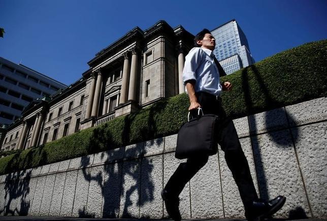 9月14日、複数の関係筋が明らかにしたところによると、日銀は20、21日の金融政策決定会合で、マイナス金利付き量的・質的金融緩和(QQE)政策の枠組みを修正する可能性がある。写真は日銀本店。7月撮影(2016年 ロイター/Kim Kyung-Hoon/File Photo)