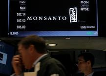 Le titre Monsanto sera à suivre mercredi à Wall Street. Après des mois de négociations, Bayer a annoncé mercredi le rachat du numéro un mondial des semences pour 66 milliards de dollars (58,8 milliards d'euros) dette comprise, ou 128 dollars par action. Le titre Monsanto, initialement en hausse de 2% en avant-Bourse sur des informations de Reuters révélant le prix, a ensuite cédé l'essentiel de ses gains et ne progressait plus que de 0,19%. /Photo prise le 25 août 2016/REUTERS/Brendan McDermid