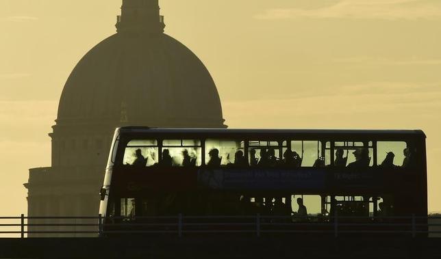 9月14日、5―7月の英失業率は横ばいとなった。写真はロンドンの通勤客を乗せたバス。6月撮影(2016年 ロイター/Toby Melville)