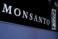 El logo de Monsanto en una pantalla ubicada en la bolsa de Wall Street en Nueva York, mayo 9, 2016. A sólo días de que comience la temporada de siembra de soja 2016/2017, se espera que los agricultores en América del Sur planten un 57 por ciento más de superficie con las semillas de soja de segunda generación de Monsanto, RR2 Pro, dijo una ejecutiva de la compañía.  REUTERS/Brendan McDermid/File Photo