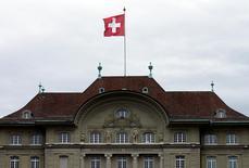 Здание ЦБ Швейцарии в Берне. Швейцарский центробанк сохранил курс на экспансионистскую монетарную политику, сохранив отрицательные ставки на рекордно низком уровне, несмотря на лавину критики в адрес регулятора, политика которого ударила по банкам и пенсиям.  REUTERS/Ruben Sprich/File Photo