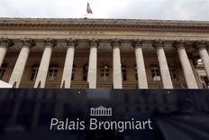 Les principales Bourses européennes évoluent jeudi sans tendance claire vers la mi-séance dans un climat toujours dominé par les doutes des investisseurs sur les capacités des banques centrales à relancer l'activité. Le CAC 40 parisien cède 0,03% à 4.369,12 points. Le Dax à Francfort avance de 0,25% et le FTSE à Londres prend 0,14%. L'indice EuroStoxx 50 de la zone euro et le FTSEurofirst 300 gagne chacun autour de 0,2%. /Photo d'archives/REUTERS/Charles Platiau