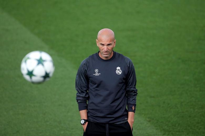 Football Soccer - Real Madrid training - Champions League - Valdebebas training grounds - Madrid, Spain - 13/09/16. Real Madrid's coach Zinedine Zidane attends a training session. REUTERS/Susana Vera