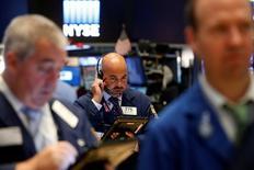 Трейдеры на торгах Нью-Йоркской фондовой биржи 31 августа 2016 года. Фондовые индексы США укрепились в начале торгов четверга за счёт роста акций Apple. REUTERS/Brendan McDermid