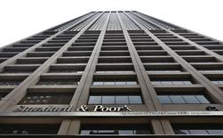 Здание Standard & Poor's в Нью-Йорке 5 февраля 2013 года. Международное рейтинговое агентство Standard and Poor's может в пятницу оставить рейтинг России неизменным, но улучшить прогноз по нему - с негативного на стабильный, или, как минимум, добавить позитивных оценок в пресс-релиз, считают опрошенные Рейтер аналитики инвестиционных банков и компаний. REUTERS/Brendan McDermid