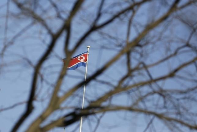 9月15日、北朝鮮の李容浩外相は、米国の「挑発」に対応し新たな攻撃を行なう用意があると言明した。写真は北朝鮮の国旗。北京で2月撮影(2016年 ロイター/Jason Lee)