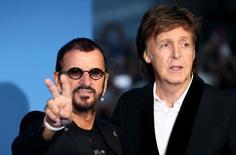 Ringo Starr e Paul McCartney durante lançamento de documentário dos Beatles. 15/9/2016. REUTERS/Neil Hall