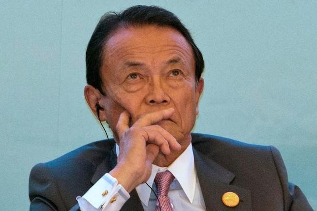 9月16日、麻生太郎財務・金融担当相は、閣議後会見で、地域金融機関の融資姿勢などを客観的に評価するために金融庁が導入したベンチマークについて、地域金融機関が変わりうるチャンスだと述べた。7月開催された中国・成都での税専門家会議において撮影(2016年 ロイター/Ng Han Guan)