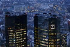Le département américain de la Justice réclame 14 milliards de dollars (12,5 milliards d'euros) à Deutsche Bank pour mettre fin à une enquête sur la vente de titres adossés à des créances hypothécaires. /Photo prise le 26 janvier 2016/REUTERS/Kai Pfaffenbach