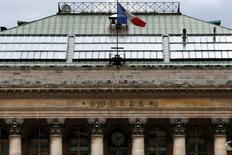Les principales Bourses européennes ont ouvert en légère baisse vendredi et s'apprêtent à aligner leur deuxième semaine de pertes, alourdies par Deutsche Bank et les inquiétudes sur les stratégies des banques centrales. À Paris, le CAC 40 est presque stable (-0,05%) à 4.369,82 points vers 07h25 GMT. À Francfort, le Dax cède 0,33% et à Londres, le FTSE recule de 0,22%. L'indice EuroStoxx 50 de la zone euro se replie de 0,27% et le FTSEurofirst 300 de 0,18%. /Photo d'archives/REUTERS/Charles Platiau