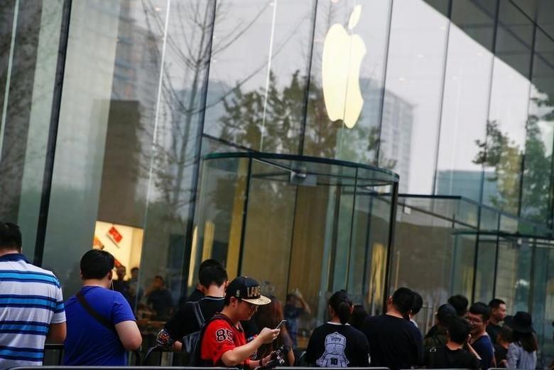 2016年9月16日,北京,人们在苹果专卖店外排队等待购买iPhone 7。REUTERS/Thomas Peter