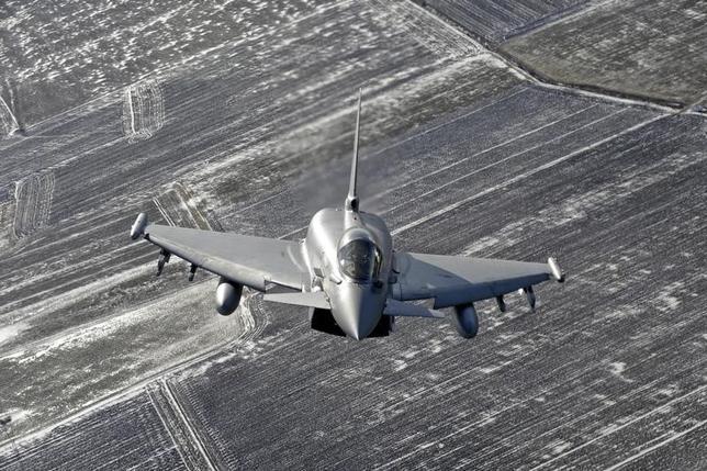 9月16日、航空自衛隊は、10月中旬から11月初旬にかけ、英空軍の戦闘機ユーロファイター・タイフーン(写真)と共同訓練を行うと発表した。空自の戦闘機が米軍機以外と日本で訓練をするのは初めて。リトアニアで2015年2月撮影(2016年 ロイター/Ints Kalnins)
