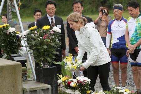 ケネディ米大使、大川小に献花