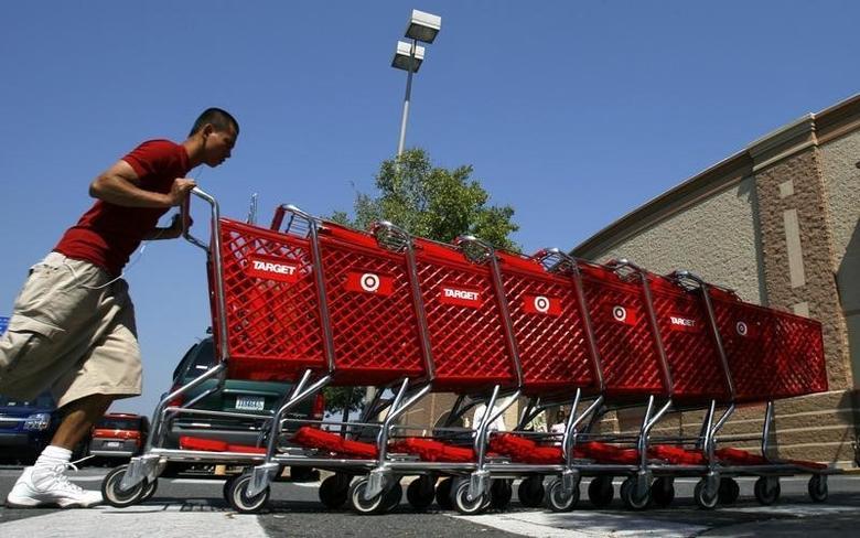 2008年8月19日,美国弗吉尼亚州一家Target零售店,工作人员在整理购物车。REUTERS/Kevin Lamarque