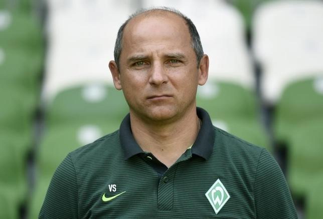 9月18日、サッカーのドイツ1部、ブンデスリーガのブレーメンはビクトル・スクリプニク監督の解任を発表した。7月撮影(2016年 ロイター/Fabian Bimmer)