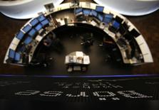 Les principales Bourses européennes évoluent en hausse d'environ 1% lundi dans les premiers échanges, se remettant quelque peu en selle après deux semaines de baisse marquée, portées par des valeurs liées aux matières premières qui profitent à la fois du repli du dollar et du rebond des cours du pétrole. À Paris, l'indice CAC 40 avançait de 1,30% vers 09h45. À Francfort, le Dax gagnait 0,83% et à Londres le FTSE 1,26%. /Photo d'archives/ REUTERS/Lisi Niesner