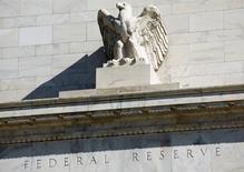 Здание ФРС в Вашингтоне. Федеральная резервная система США готовится к оживлённым дебатам на этой неделе и может дать явный сигнал о грядущем повышении ставки, даже если решит повременить с ним в сентябре, как ожидают рынки.   REUTERS/Joshua Roberts/File Photo