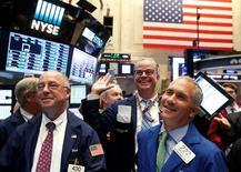 Трейдеры на Уолл-стрит. Фондовые индексы США демонстрируют положительную динамику в понедельник, поскольку цены на нефть восстановились с многонедельных минимумов, а инвесторы ожидают, что Федрезерв сохранит ставки на прежнем уровне в ходе заседания на этой неделе. REUTERS/Brendan McDermid