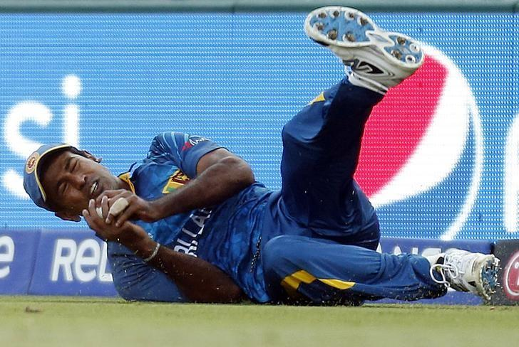 Sri Lanka's Nuwan Kulasekara takes a catch to dismiss South Africa's Hashim Amla for 16 runs during their Cricket World Cup quarter-final match at the Sydney Cricket Ground (SCG) March 18, 2015.  REUTERS/Jason Reed/Files