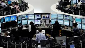 Les Bourses européennes son en hausse modérée mardi vers la mi-séance et Wall Street devrait prendre le même chemin dans une ambiance attentiste avant la fin des réunions de politique monétaire, mercredi, aussi bien de la Banque du Japon que de la Réserve fédérale américaine. À Paris, le CAC 40 prenait 0,47% à 4.415,05 points à 12h40. À Francfort, le Dax gagnait 0,72% et, à Londres, le FTSE 0,72%. /Photo d'archives/REUTERS/Pawel Kopczynski