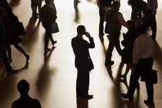 Réduire les différents types de discrimination sur le marché du travail permettrait à terme d'augmenter sensiblement le produit intérieur brut (PIB) français. /Photo d'archives/REUTERS/Zoran Milich