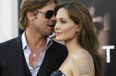 Jolie e Pitt durante evento em Hollywood. 19/7/2010.   REUTERS/Mario Anzuoni