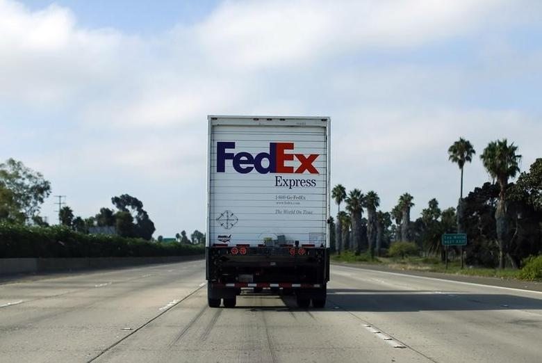 A Federal Express truck makes its way down a freeway in San Diego, California August 22, 2014.     REUTERS/Mike Blake