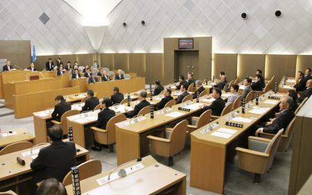富山市議会、辞職9人に