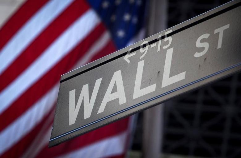 图为华尔街地标。REUTERS/Carlo Allegri
