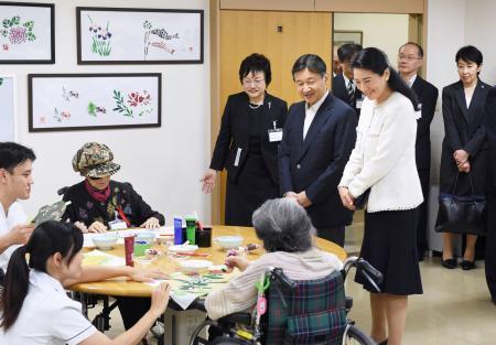 皇太子夫妻、高齢者と交流