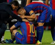 Messi se machuca em jogo do Barcelona contra Atlético de Madri.  21/09/16.  REUTERS/Albert Gea