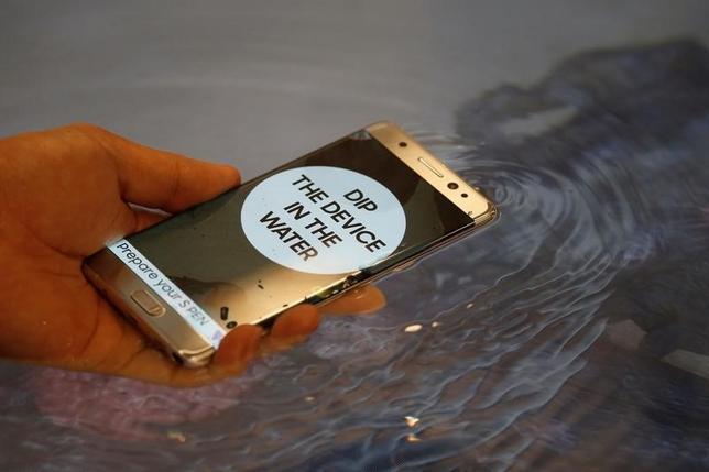9月22日、韓国当局はサムスン電子に対し、「ギャラクシーノート7」のバッテリーの安全対策を強化するよう命じた。8月にソウルで行われた発表会で撮影(2016年 ロイター/Kim Hong-Ji)
