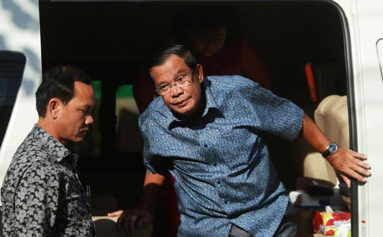 Cambodia's Prime Minister Hun Sen (R) arrives to register for next year's local elections, in Kandal province, Cambodia September 1, 2016. REUTERS/Samrang Pring