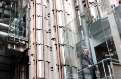 Un hombre sube en un ascensor en la sede del mercado de seguros Lloyd's de Londres. 13 de mayo de 2011. El mercado de seguros británico Lloyd's de Londres ya está trabajando en planes para trasladar parte de sus negocios a la Unión Europea (UE), con el fin de estar listo para el cambio tan pronto como el Reino Unido inicie el proceso para separarse del bloque, dijo el jueves su presidente. REUTERS/Chris Helgren