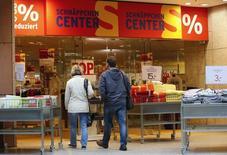 Personas entran a una tienda en Fráncfort, Alemania. 24 de octubre de 2014. La economía alemana perderá impulso en la segunda mitad del año debido a que una menor demanda exterior provoca una desaceleración de la producción industrial, informó el jueves el Ministerio de Finanzas, en otra señal de que la mayor economía de Europa se está ralentizando. REUTERS/Fabrizio Bensch