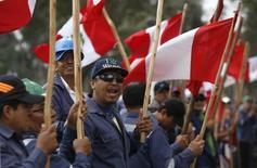 Foto de archivo de trabajadores de la compañía Shougang Hierro Perú sostienen banderas peruanas durante una protesta frente al Ministerio del trabajo, en Lima. 24 de septiembre de 2015. La minera Shougang Hierro Perú declaró fuerza mayor sobre sus envíos de mineral por una huelga de sus trabajadores que demandan un aumento de salarios y que cumplió 11 días, informó el jueves su gerente general, Raúl Vera. REUTERS/Mariana Bazo