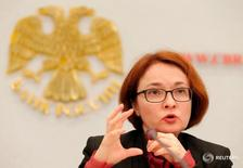 Эльвира Набиуллина выступает на пресс-конференции в Москве. Глава Банка России Эльвира Набиуллина повторила, что политика регулятора будет оставаться умеренно жесткой для того, чтобы гарантированно свести инфляцию к целевому уровню в 4 процента к концу 2017 года.  REUTERS/Maxim Zmeyev