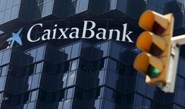 El Grupo Financiero Inbursa, del magnate mexicano Carlos Slim, y la Mutua Madrileña acudieron a la colocación de acciones de Caixabank la víspera, en una operación dirigida a reforzar el capital del banco español ante el desembolso previsto por su opa al portugués BPI. En la imagen de archivo, el logo de CaixaBank en la sede del grupo en Barcelona, el 18 de abril de 2016. REUTERS/Albert Gea