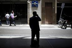 Una persona utilizando un teléfono móvil a las afueras de la Bolsa de Comercio de Buenos Aires, nov 23, 2015. Las inversiones en el mercado de telecomunicaciones de Argentina totalizarían 20.000 millones de dólares en los próximos cuatro años, según espera el Gobierno, debido a los cambios regulatorios que abrirán el juego a nuevos actores a partir del 2018.    REUTERS/Ivan Alvarado