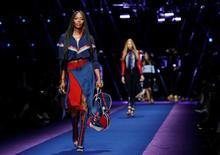 Supermodelo Naomi Campbell desfila para Versace em Milão.  23/9/2016. REUTERS/Alessandro Garofalo