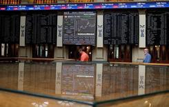 El Ibex-35 de la bolsa española se dejaba más de un uno por ciento en la media sesión del lunes para volver a la zona de los 8.700 puntos en línea con otros mercados europeos, de nuevo con el sector bancario protagonizando los mayores descensos. En la imagen, el interior de la Bolsa de Madrid.  REUTERS/Andrea Comas