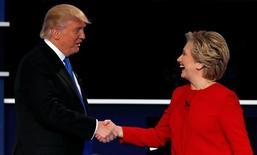 Кандидат в президенты США от республиканцев Дональд Трамп и представляющая демократов Хиллари Клинтон пожимают друг другу руки в конце своих первых теледебатов 26 сентября 2016 года в Нью-Йорке. Вероятность победы на президентских выборах в США Клинтон, согласно оценкам букмекеров, увеличилась после прошедших минувшей ночью первых очных дебатов с Трампом. REUTERS/Mike Segar