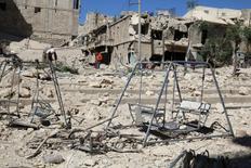 """Качели на месте бомбежки в удерживаемом повстанцами пригороде сирийского Алеппо 24 сентября 2016 года. Генеральный секретарь ООН Пан Ги Мун сообщил в среду, что те, кто использует """"все более разрушительное оружие"""" в Сирии, совершают военные преступления, а ситуация в сирийском Алеппо - хуже бойни. REUTERS/Abdalrhman Ismail"""