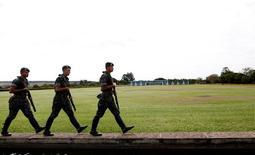 Soldados caminham em frente ao Palácio da Alvorada, em Brasília 31/08/2016 REUTERS/Bruno Kelly
