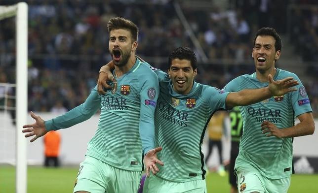 9月28日、サッカーの欧州CL1次リーグC組、バルセロナは敵地でボルシアMGに2─1の逆転勝ちを収めた。ジェラール・ピケ(左)が逆転ゴール(2016年 ロイター/Kai Pfaffenbach)