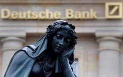 Статуя у здания Deutsche Bank во Франкфурте-на-Майне 26 января 2016 года. Германия больше не намерена оказывать помощь терпящим бедствие банкам, сказал высокопоставленный представитель консервативного блока канцлера Ангелы Меркель на следующий день после того, как власти открестились от планов спасения Deutsche Bank, крупнейшего кредитора страны. REUTERS/Kai Pfaffenbach/File Photo