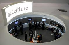 """Accenture a annoncé jeudi une hausse de 7,6% du chiffre d'affaires trimestriel, à 8,49 milliards de dollars contre 7,89 milliards, grâce aux investissements consentis dans le numérique et les services d'informatique dématérialisée (""""cloud""""). /Photo d'archives/REUTERS/Albert Gea"""