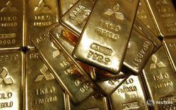 Слитки золота в штаб-квартире Mitsubishi Materials Corporation в Токио 2 июня 2009 года. Цена золота немного снизилась в четверг на фоне укрепления доллара после сильных данных из США и сомнений рынков в том, что страны ОПЕК будут соблюдать согласованные ими ограничения производства нефти. REUTERS/Toru Hanai