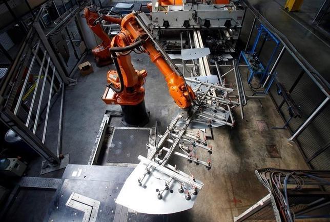 9月29日、国際ロボット連盟(IFR)は、今年の世界の産業用ロボットの出荷が14%増加するとの見通しを示した。写真はオーストリアのリンツで7日撮影(2016年 ロイター/Heinz-Peter Bader)